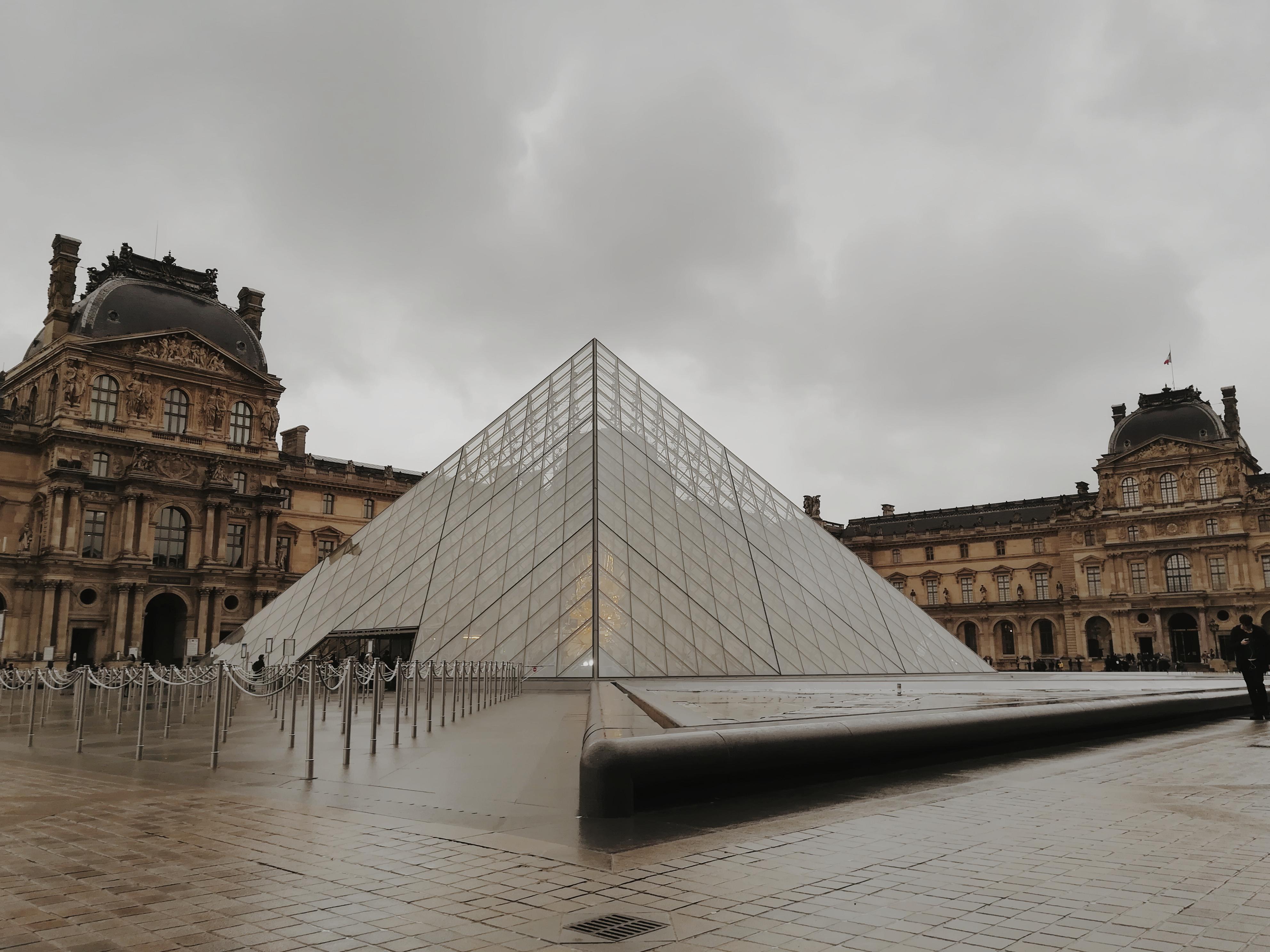 piramida-w-luwrze-wejscie-do-luwru